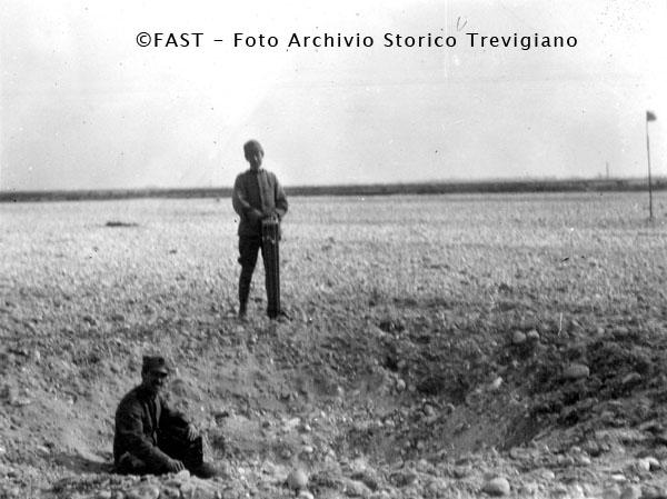 1915-1918  - Buca prodotta dall'esplosione di un proietto da bombarda da 400 - Foto Archivio Storico Treviso