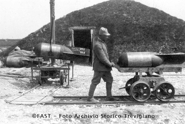 1915-1918 - Un soldato trasporta un proietto per bombarda da 400 - Foto Archivio Storico Treviso
