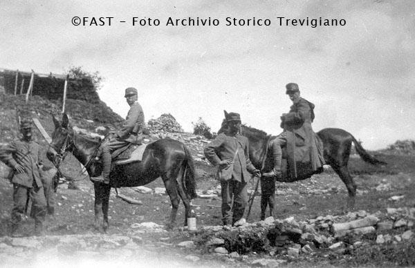 1915 -I Generali Frugoni e Giardino a dorso di mulo sul Kolovrat - Foto Archivio Storico Treviso