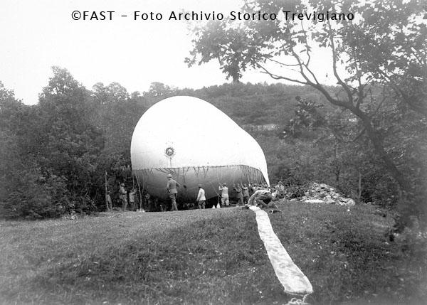 1916-1917 - Un dirigibile ormeggiato in una radura - Foto Archivio Storico Treviso