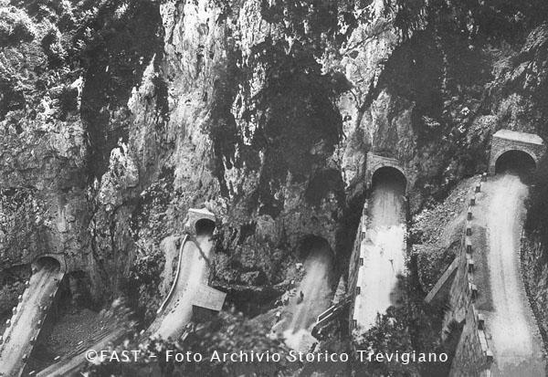 Passo di San Boldo: la strada che sale al passo con tornanti e gallerie - Foto Archivio Storico Treviso