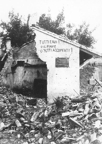 1918 - Iscrizione su una casa bombardata sulla linea del Piave - Foto Archivio Storico Treviso